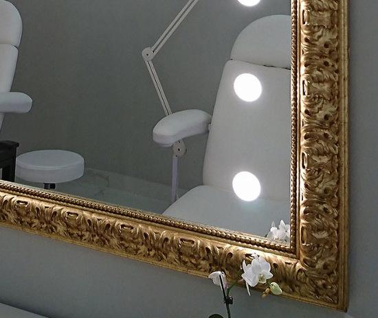 Wandspiegel von Unica mit vergoldetem Rahmen und ILight