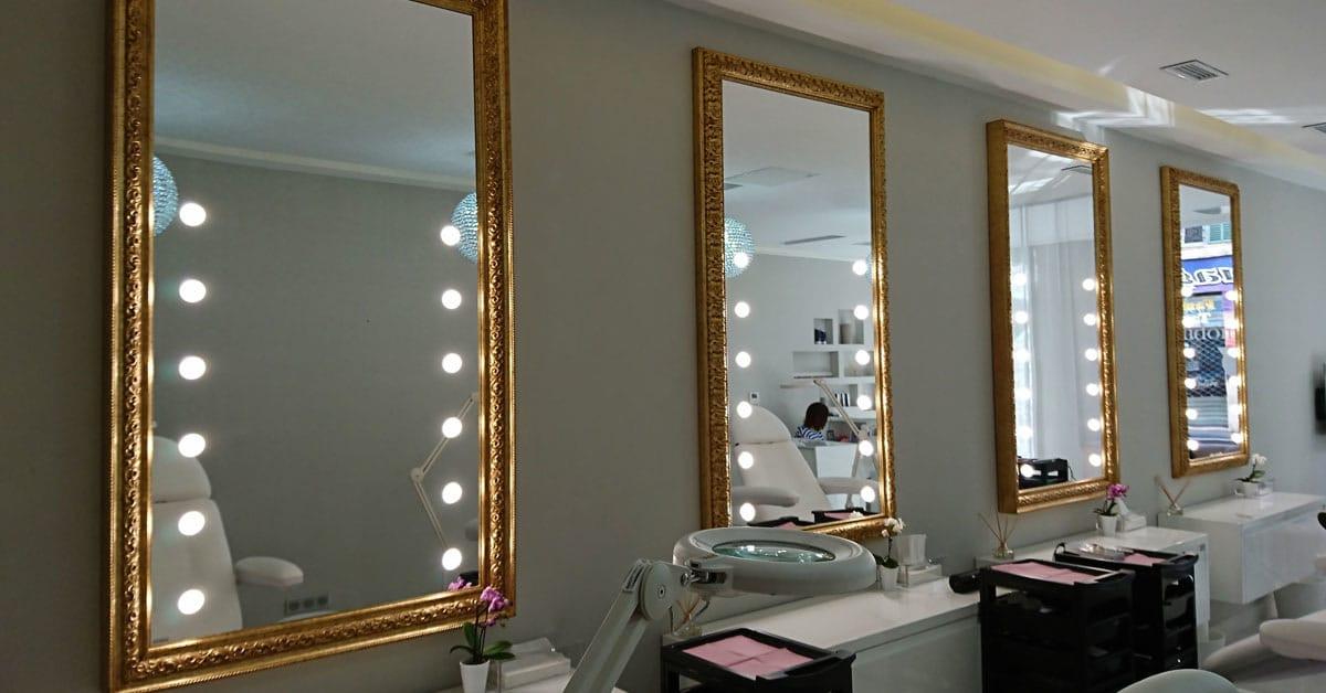 Spiegel für die Wände aus der Unica Serie im Salon von Le Boidoir du Regard