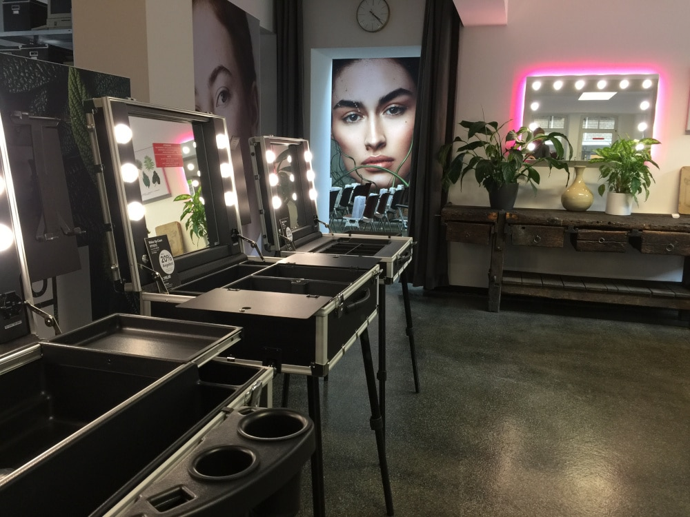Beauty Studio Loft mit Make-Up Cases und separatem Veranstaltungsraum