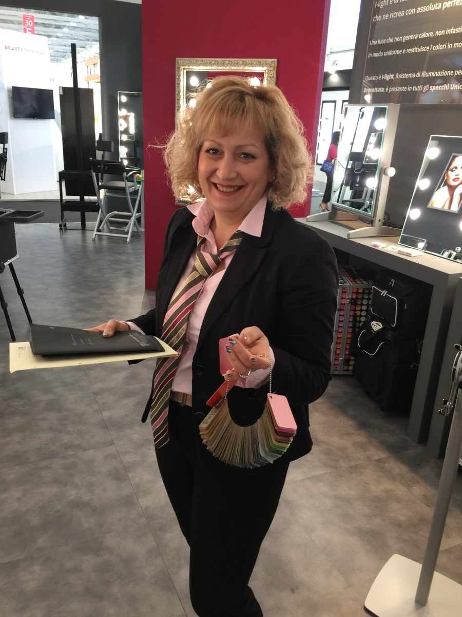 Mariya auf der Cosmoprof 2019 mit der Koffer Farbpalette