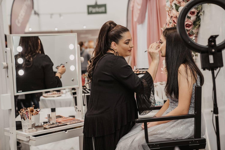 die Make-Up Artistin Hiam mit ihrer rollbaren Beauty Station L200 auf der Hochzeitsmesse